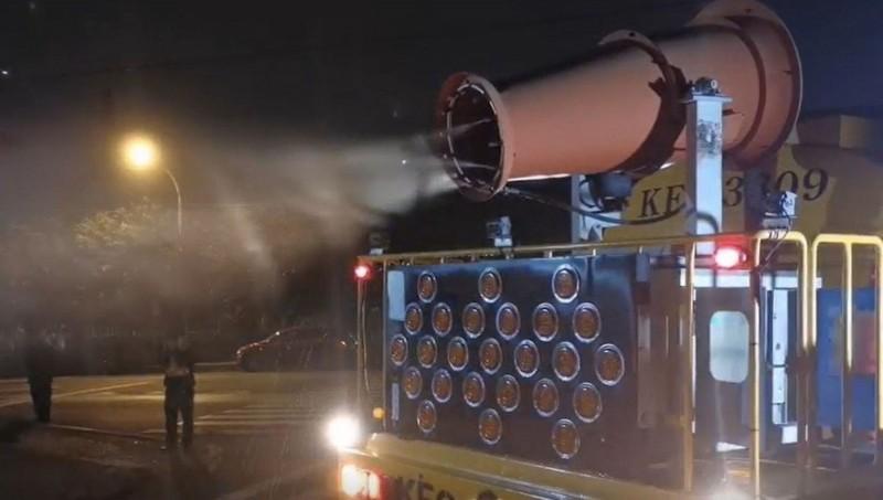 69位武漢台商安排到台中市隔離,市府環保局消毒車於車隊行進當中進行嚴密消毒。(記者黃鐘山翻攝)