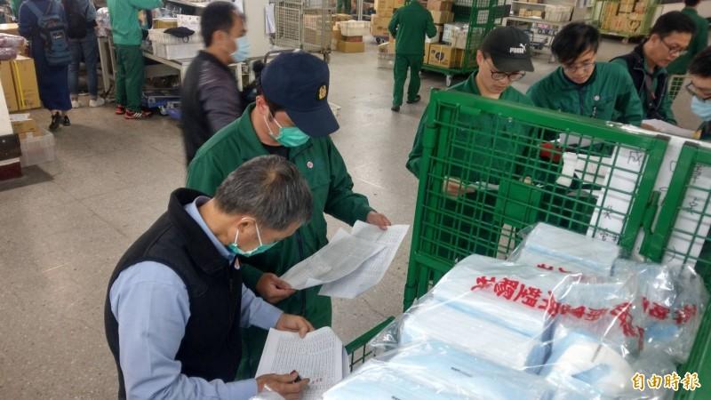 明起健保藥局、偏鄉衛生所可買口罩,160萬片運輸任務由中華郵政扛起。(記者鄭瑋奇攝)