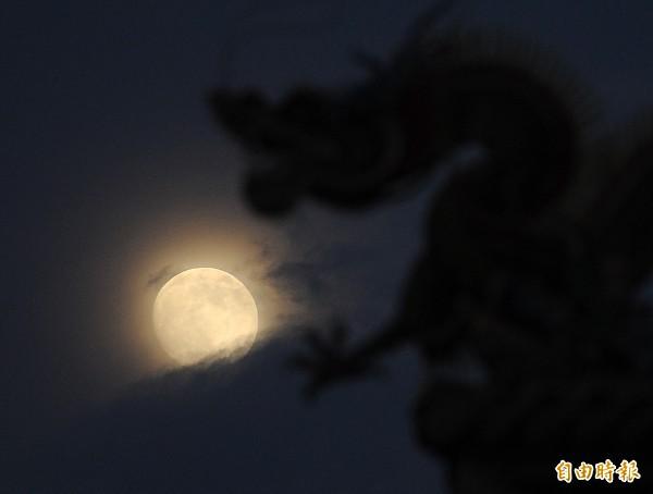 元宵節是農曆一年當中第一個月圓,是個浪漫的節日,圖為滿月示意圖。(資料照)