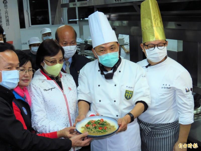 侯友宜(右二)大展身手製作泰式打拋豬料理。(記者陳心瑜攝)