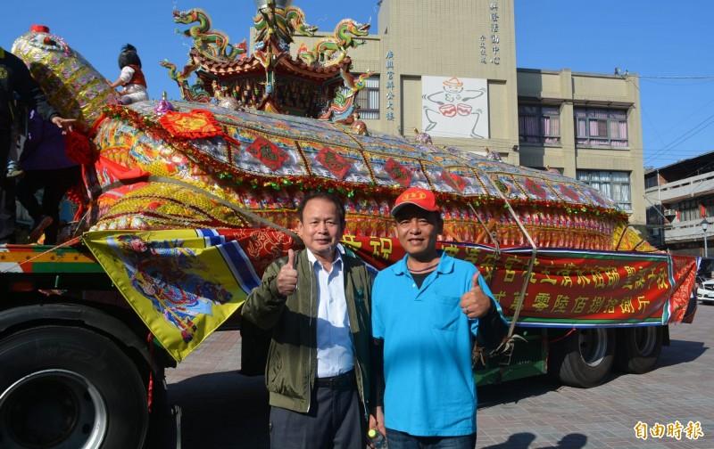 駿浤國際開發公司執行長蔡慶龍(右)相隔1年又求中2萬688台斤的龜王,將由廣興宮公關組長林清煇(左)等人在「放生」儀式後,協助將物資助弱勢。(記者陳建志攝)