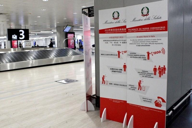 義大利暫停與台灣間的直飛航班。圖為義大利機場擺放防疫資訊牌。(歐新社)