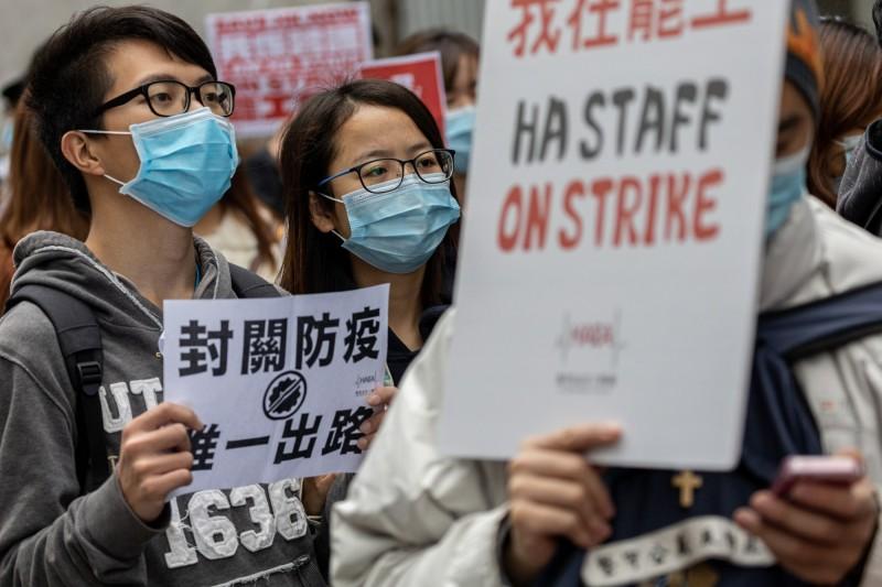 中國武漢肺炎疫情蔓延,因不滿香港政府應對疫情拒絕「全面封關」,香港醫管局員工陣線(HEAE)3日發起長達5天「醫護罷工」。(歐新社)