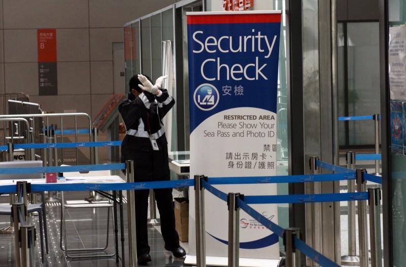 港府宣布,自2月8日起,從中國入境香港的所有人,都必須強制隔離檢疫14日。圖為香港啟德郵輪碼頭安檢口。(歐新社)