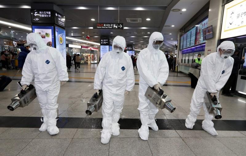 韓國驚傳防疫漏洞,第16例病患出現症狀後10天才被確診。圖為韓國防疫消毒措施。(法新社)