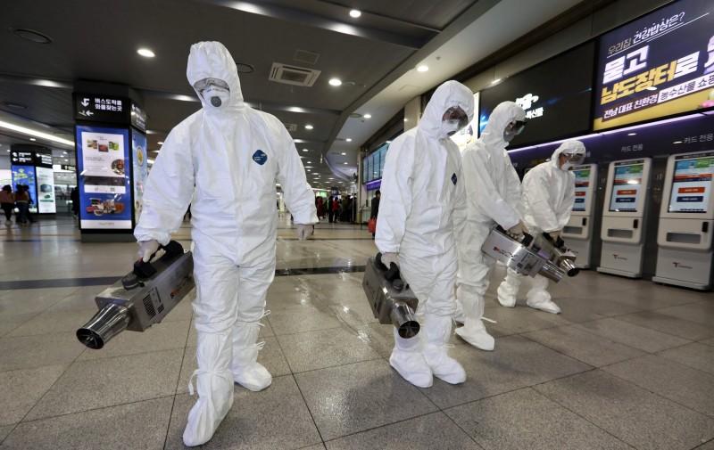 韓國國防部目前隔離了960名士兵,他們有些是最近14天內去過中國、香港或澳門;有些則是曾和去過中港澳的人士接觸。圖為韓國防疫消毒情況。(法新社)