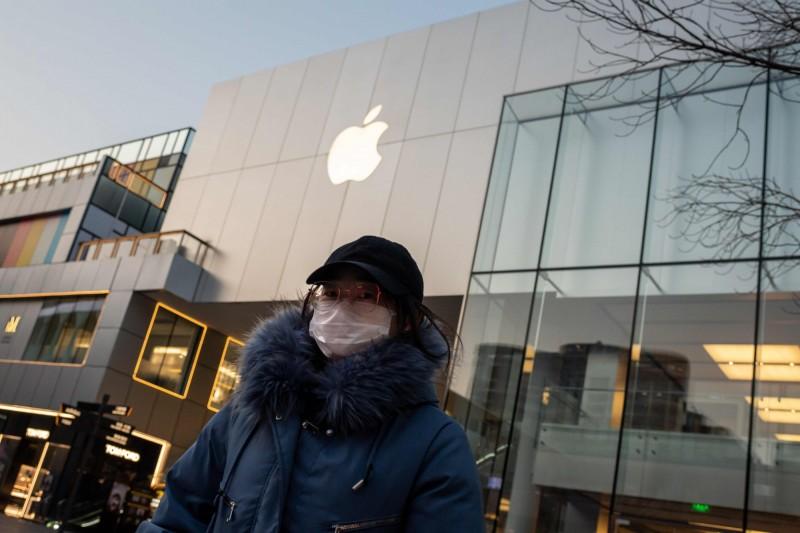 中國武漢肺炎疫情持續延燒,全球各大公司的供應鏈可能會遭到破壞。圖為北京一家蘋果專賣店關門大吉。(法新社)
