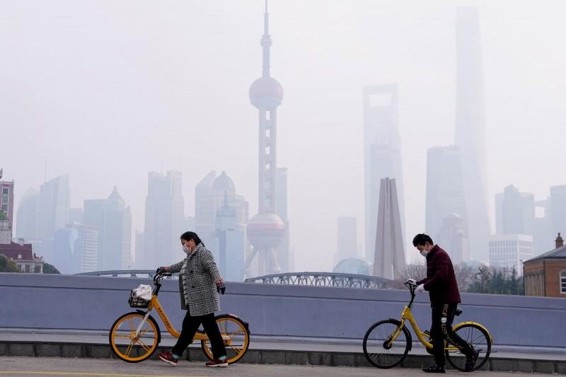 武漢疫情嚴峻,中國多個城市封城因應,上海也岌岌可危。圖為上海市一景。(路透)