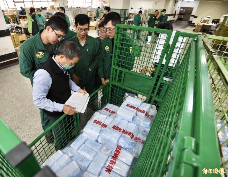 口罩實名制6日上路,中華郵政公司預計動員3000名人力,5日晚上前要全面送達各特約藥局。(記者羅沛德攝)