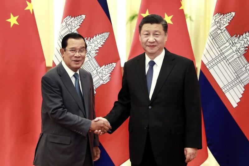 中國國家主席習近平(右)在北京人民大會堂與柬埔寨總理洪森(左)握手。 (美聯社)