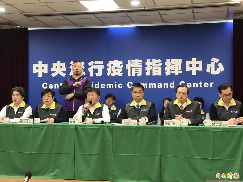 內政部長徐國勇(右3)表示,對於該隔離、檢疫者若失聯,警政單位會立刻投入,用「重大刑案」規格辦理。(記者劉信德攝)
