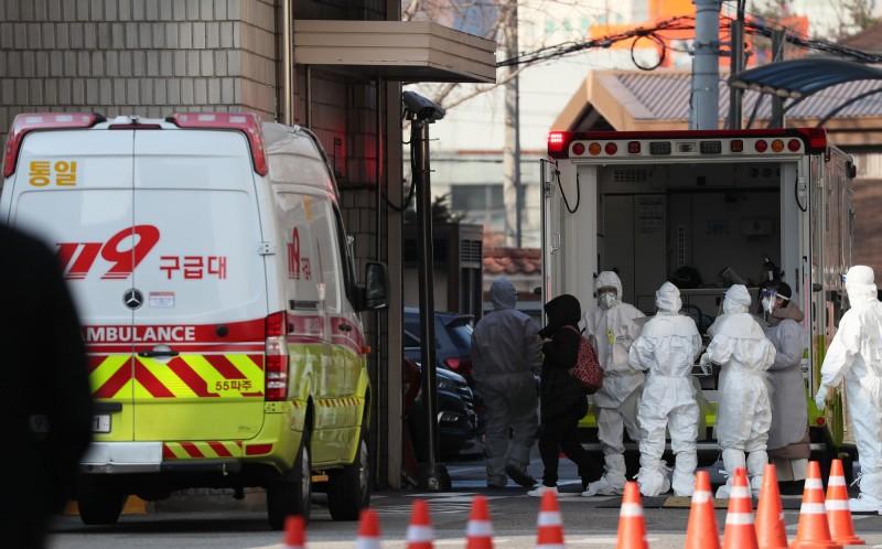 南韓新增兩名感染武漢肺炎的確診病例,累積確診達到18例。(歐新社)