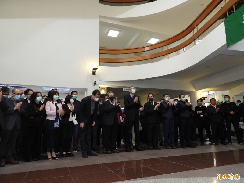 新北市議會民進黨團質疑新北市政府官員出席活動都配到口罩,傳達給民眾錯誤的防疫觀念。(記者賴筱桐攝)