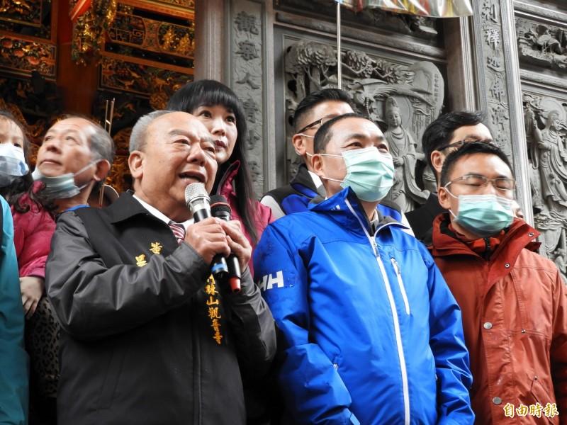新北市長侯友宜春節期間到宮廟參拜時就已戴上口罩。(記者賴筱桐攝)