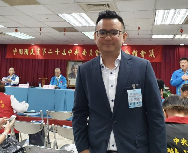 台中市議員黃健豪針對武漢包機爭議,質疑徐正文的身份,認為他應該給社會一個交代。(記者蔡淑媛翻攝)