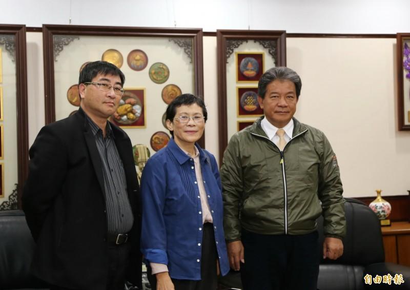 時代力量立委陳椒華(中)赴台南市議會拜訪議長郭信良(右)。(記者蔡文居攝)