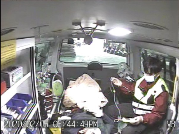 竹南某家具行男性外籍移工發生工安意外,右手臂遭壓斷。(記者鄭名翔翻攝)