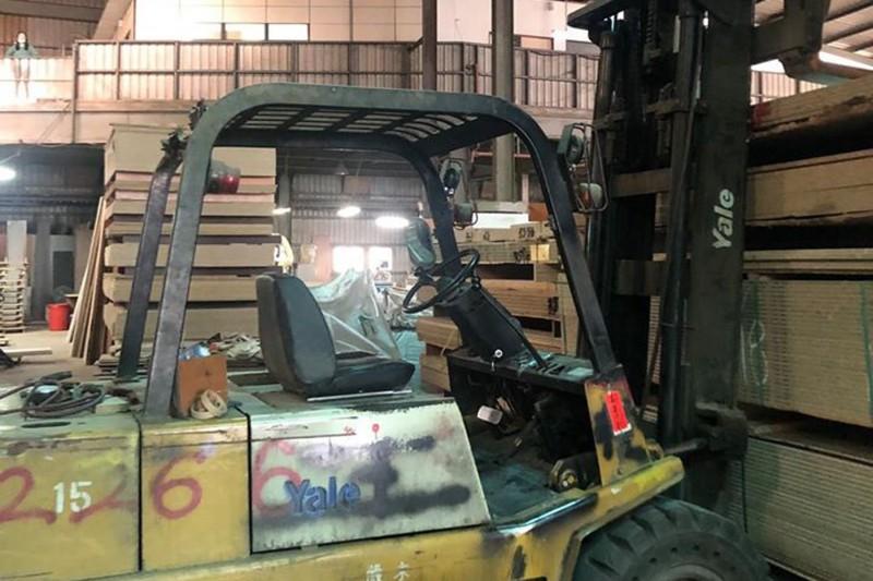 現場員工指稱,移工伸手調整前方木板,身體前傾誤觸堆高機啟動桿,手臂遭機台及木板夾斷。(記者鄭名翔翻攝)