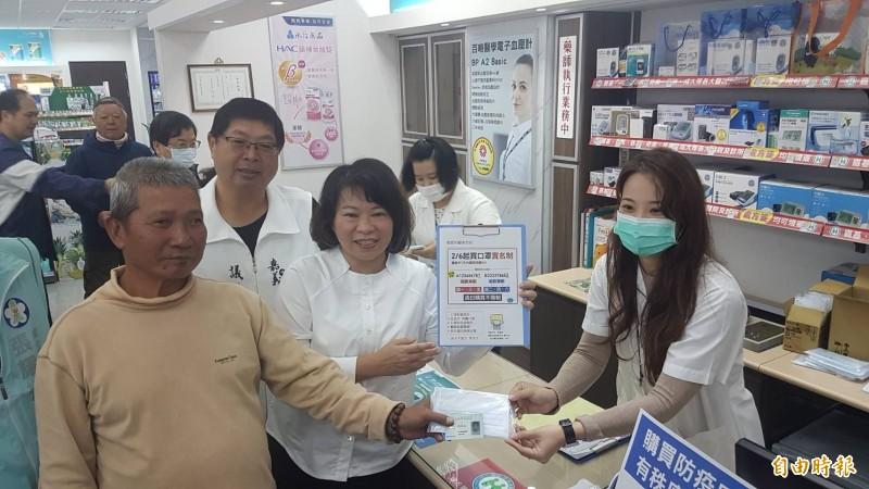 嘉義市長黃敏惠(中)到文化路啄木鳥藥局了解口罩實名制上路狀況。(記者丁偉杰攝)