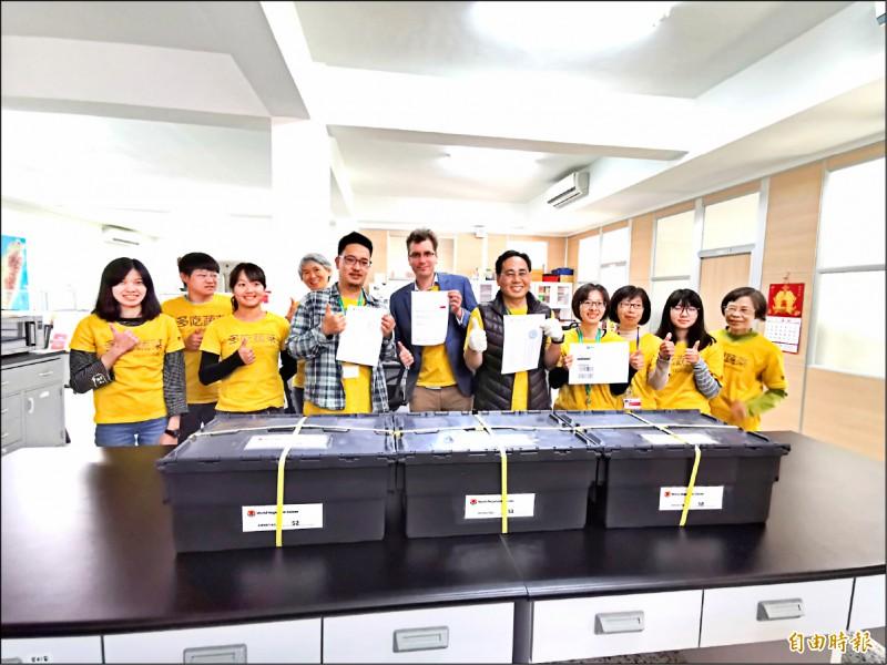 從台灣出發,亞蔬—世界蔬菜中心寄送種原至「末日地窖」。(記者吳俊鋒攝)