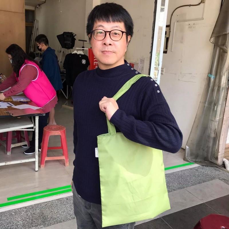 尹立透露布條會變成環保袋。(圖擷自尹立臉書)