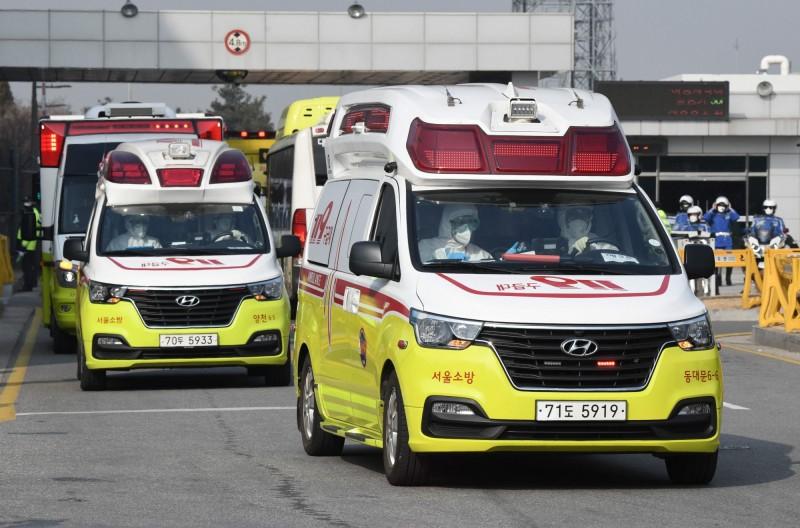南韓光州21世紀醫院宣布封院,曾有2名武漢肺炎確診病患出現在該院3樓住院部。圖為南韓救護車。(法新社)