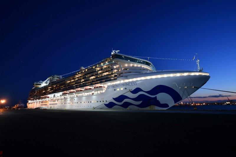 原本停泊在外海的鑽石公主號郵輪已在橫濱港的大黑碼頭停靠。(法新社)