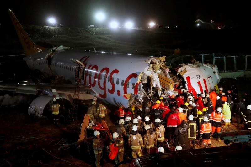 土耳其廉價航空飛馬航空(Pegasus Airlines)一架載有177位乘員的客機,5日在惡劣天候降落伊斯坦堡機場時衝出跑道,機身斷成三截起火。(路透)