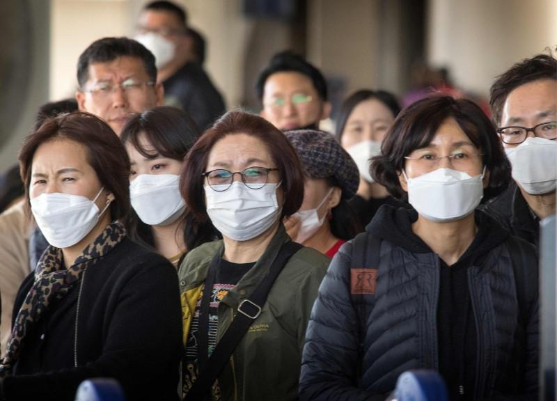 中國武漢肺炎疫情波及全球,國內一對夫妻疑似經香港轉機赴歐洲旅遊,返國後雙雙確診。圖為上月底美國洛杉磯機場許多亞洲旅客下機時都戴上口罩。(法新社)