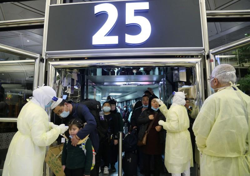 沙烏地阿拉伯今(6)日宣布,禁止沙國公民和居民在新型冠狀病毒爆發期間前往中國。圖為利雅德的機場對來自中國的旅客進行發燒篩檢。(路透)
