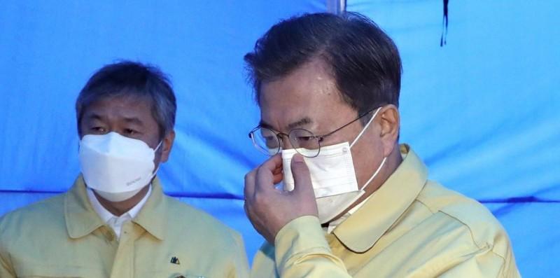 南韓總統文在寅(右)日前決定捐助中國200萬副口罩,如今中國拒絕供應口罩原料,南韓口罩面臨停產危機,文在寅則被南韓網友罵爆。(歐新社)