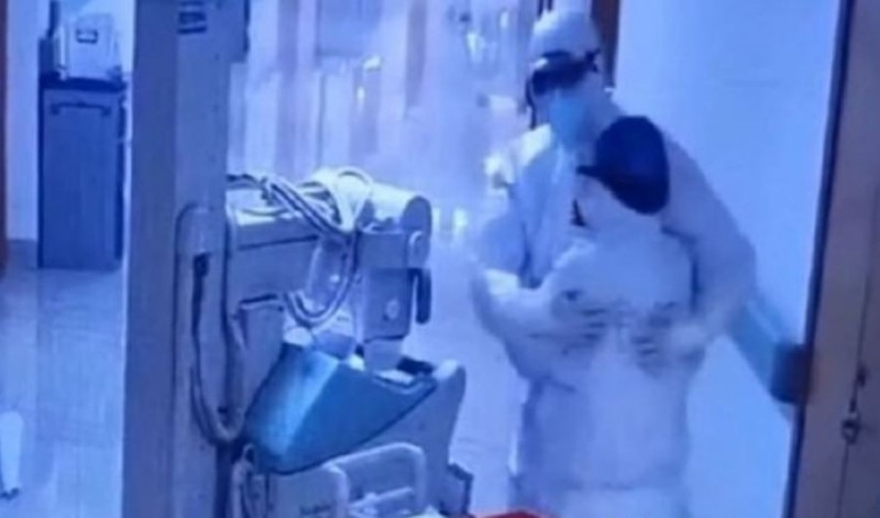 久未見面的醫護夫妻,互相為彼此打氣。(圖片擷取自微博)