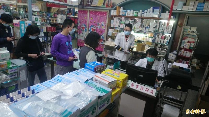 口罩實名制今天上路,今日全國6221家健保特約藥局及衛生所,售出口罩總數共149萬7424片。(記者王姝琇攝)