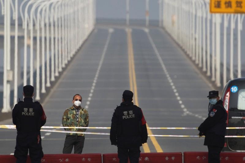江西在省會南昌市宣布「封城」後,今也加碼省內所有區域也實行「封閉式管理」。圖為江西九江長江大橋。(路透)