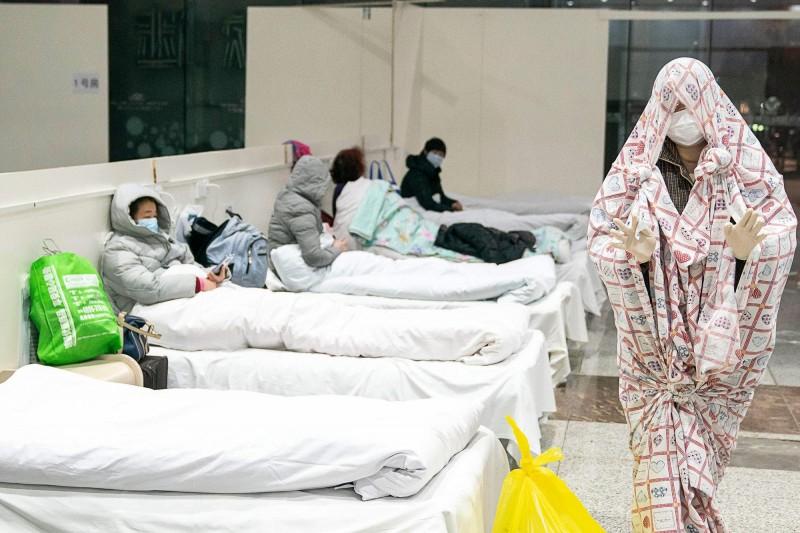 中國武漢肺炎疫情爆發,有武漢當地等中國醫學專家出面表示,醫療資源及床位有限,難以篩檢並隔離所有感染者,前線醫護幾乎「全軍覆沒」。圖為武漢臨時設立於展覽館中的「方艙醫院」。(法新社)