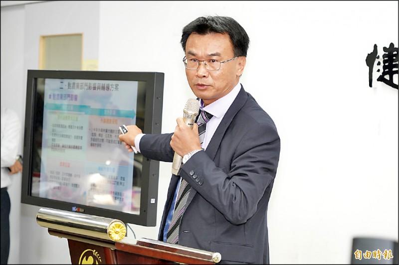 農委會主委陳吉仲說明農業紓困措施。(記者簡惠茹攝)