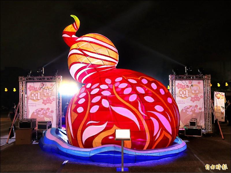 陽明市政大樓前的「葫蘆之心」,提前在六日點燈。(記者歐素美攝)