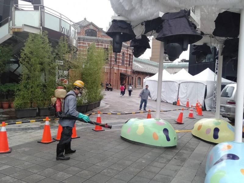 台北市政府針對2020台北燈節西門主燈區域進行消毒作業。(台北市觀光傳播局提供)