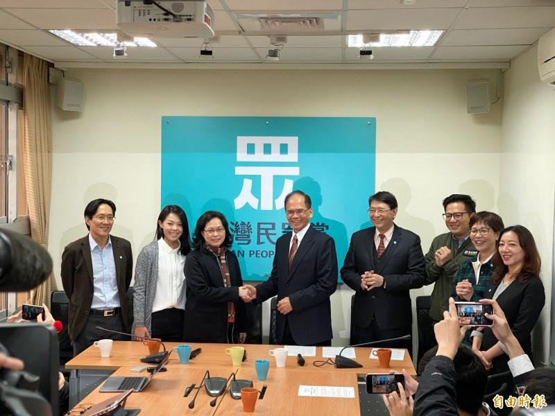 立法院長游錫堃拜會台灣民眾黨團,與民眾黨總召賴香伶握手致意。(記者黃欣柏攝)
