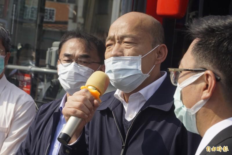 韓國瑜前往公車調度中心視查防疫情形,致詞時口罩卻兩度滑落,有戴等於沒戴。(記者黃佳琳攝)