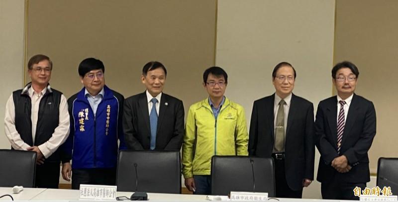 高雄市醫師公會等5大公會理事長,出面聲明配合防疫隔離政策。(記者黃旭磊攝)