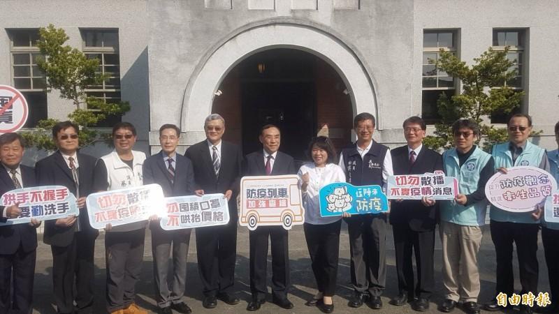 法務部長蔡清祥(右六)、嘉義市長黃敏惠(右五)等人宣導防疫。(記者丁偉杰攝)