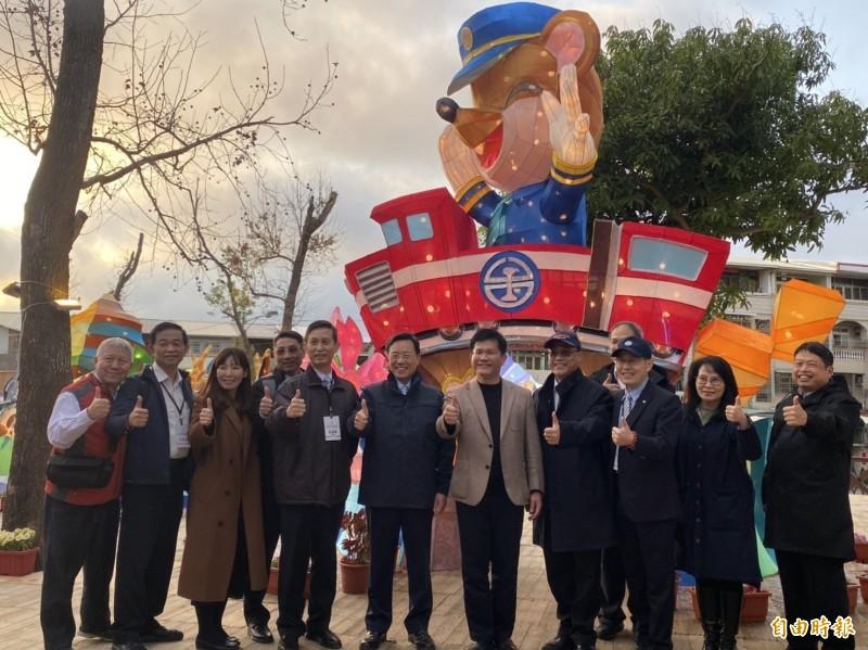 交通部將對旅遊業五大紓困方案,交通部長林佳龍(左七)表示,總經費約44億元。(記者鄭瑋奇攝)