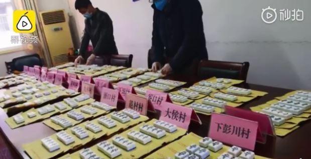 中國浙江寧波防疫記者會通報,發生1起「1人打麻將致多人感染」的案例,官方緊急沒收民間600多張「1鳥」。(圖取自「梨視頻」)
