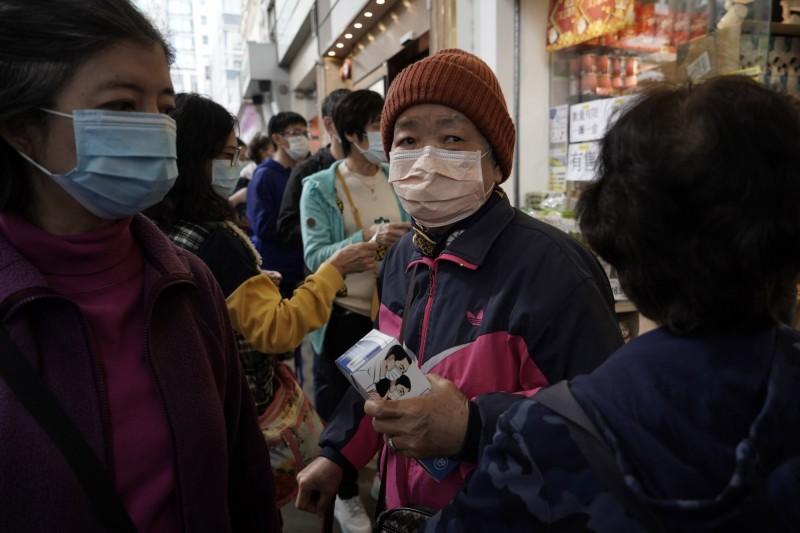 中國南京日前傳出一名婦人在烤鴨店排隊時,被感染武漢肺炎。圖與本新聞無關。(美聯社)