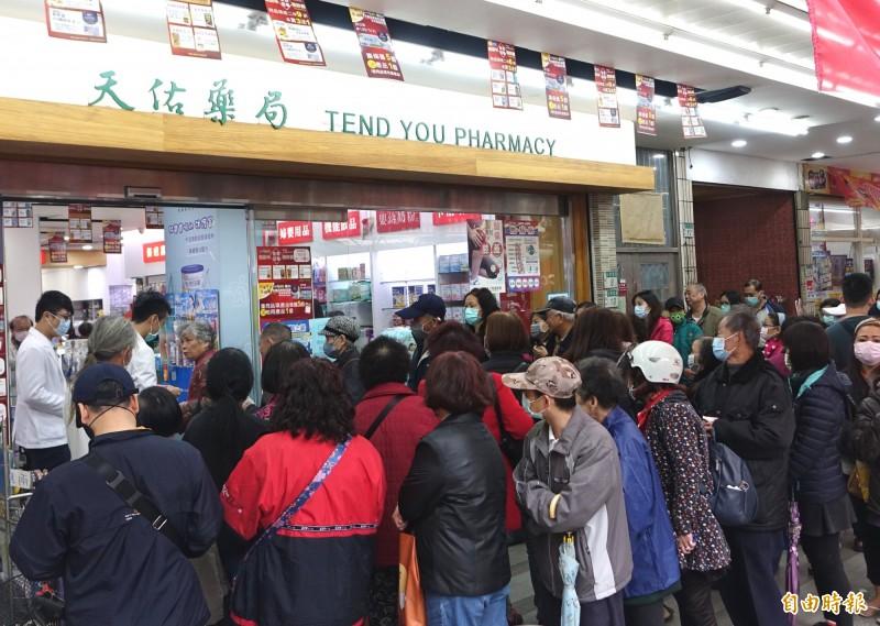 口罩實名制上路第二天,藥局開賣前,依然排滿購買口罩的民眾。(記者王藝菘攝)