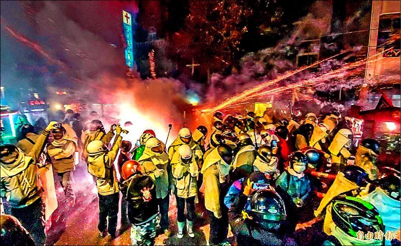 不受武漢肺炎疫情影響,今年台南鹽水蜂炮仍如期舉行,有不少身穿全副安全裝備的民眾,不畏蜂炮亂竄如雨落,熱情犁炮。(記者張忠義攝)