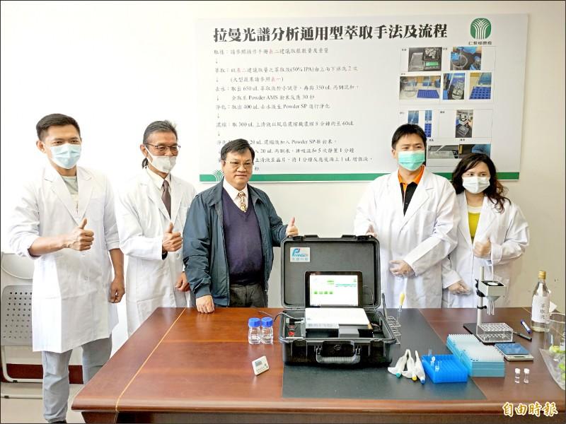 為做好農產品源頭把關,南投縣仁愛鄉農會成立農藥檢測中心,昨正式揭牌運作。(記者佟振國攝)