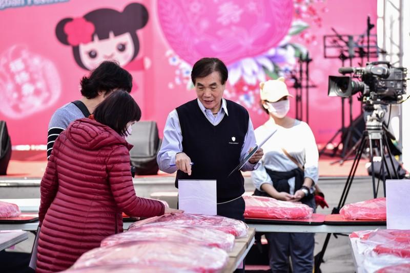 泰安宮近58台斤重的新丁粄,獲評審青睞拿下第一,是鬪粄比賽中的常勝軍。(東勢區公所提供)