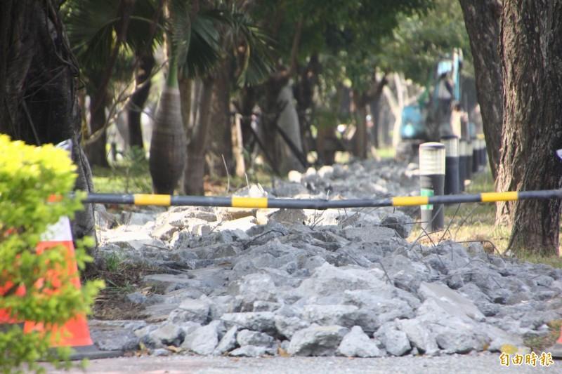 嘉義市世賢路自行車道正進行打除工程,將進行優化與串聯。(記者林宜樟攝)